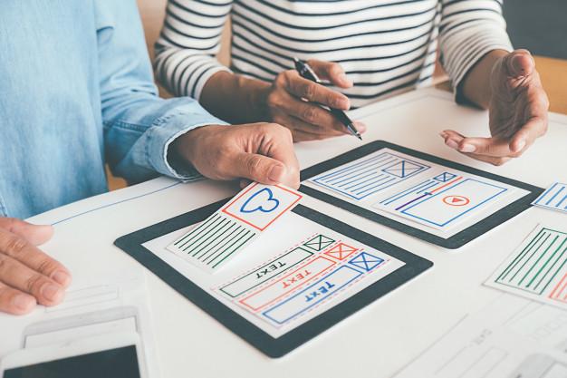 duas pessoas criando prototipos de aplicativos
