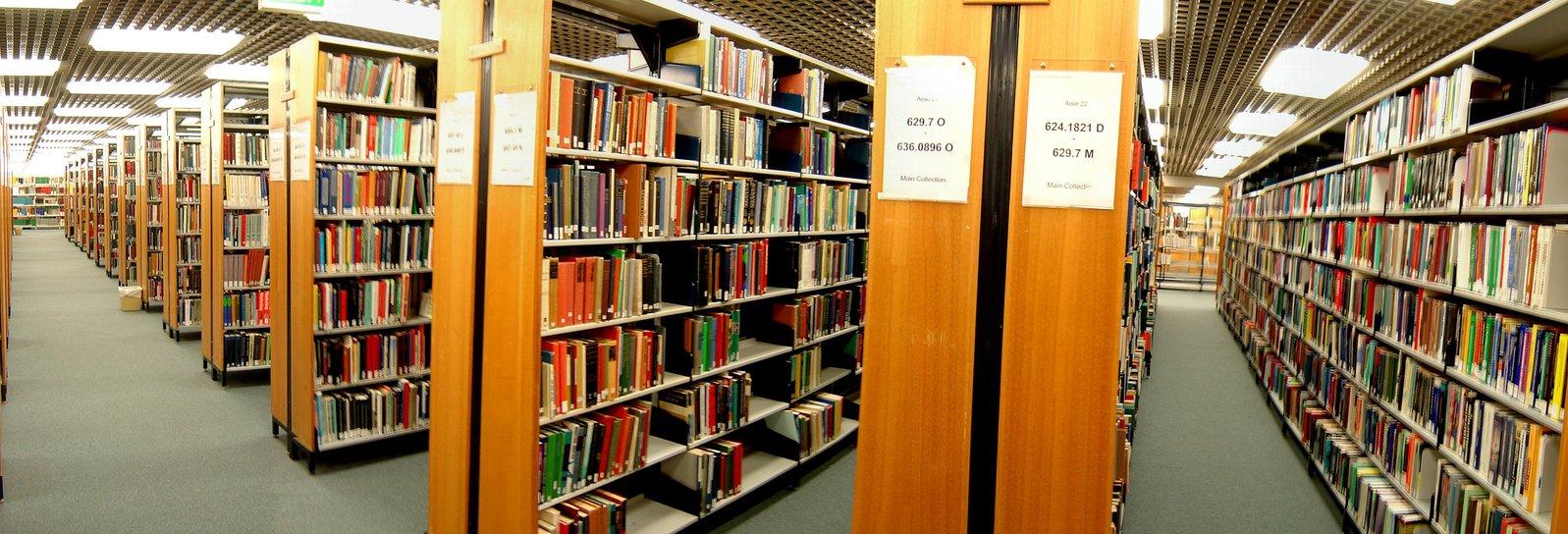 Estantes em uma biblioteca com vários livros